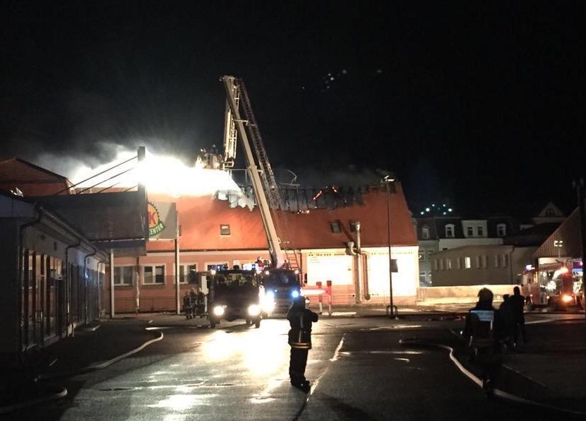 """In der Nacht vom Sonnabend zum Sonntag brannte das ehemalige Hotel """"Husarenhof""""."""