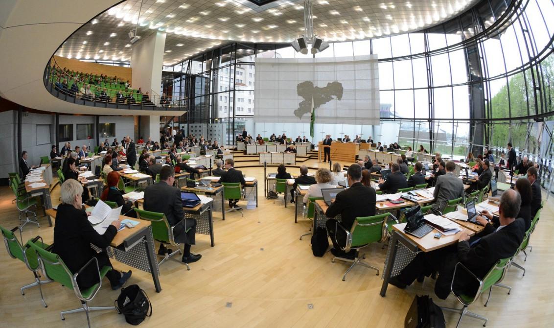 Plenum im Plenarsaal des Sächsischen Landtags mit Blick auf die Besucher- und Pressetribüne