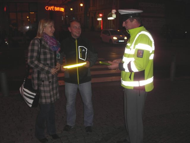 Seit dem 20. Februar 2016 ist es in der tschechischen Republik gesetzlich vorgeschrieben, dass Fußgänger, die sich bei Dunkelheit oder eingeschränkter Sicht außerhalb geschlossener Ortschaften auf der Fahrbahn von öffentlichen Straßen bewegen, durch refektierende Elemente an oder auf der Kleidung besonders gekennzeichnet sind.