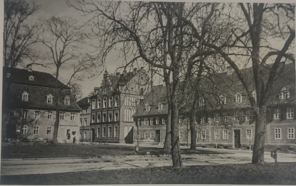 Blick von Zinsendorfplatz auf Mädchenanstalt vor 1945.