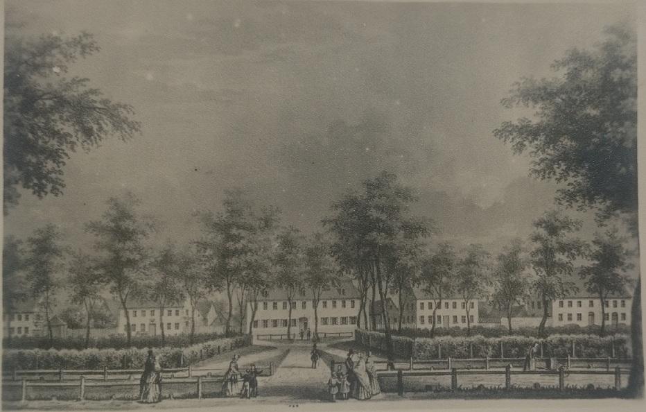 Blick auf Zinsendorfplatz in Richtung Kirche.Etwa 1800. Früheres Gemeindehaus.