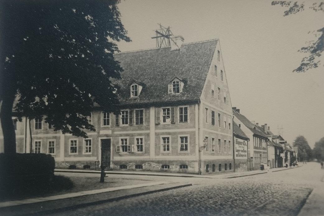 Blick vom Zinsendorfplatz auf Witwenhaus vor 1945. Poststraße/ Ecke Muskauer Straße.