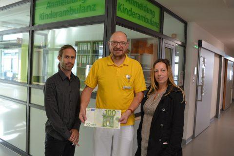 Mitarbeiter der I.K. Hofmann GmbH aus Bautzen spenden 100 Euro.